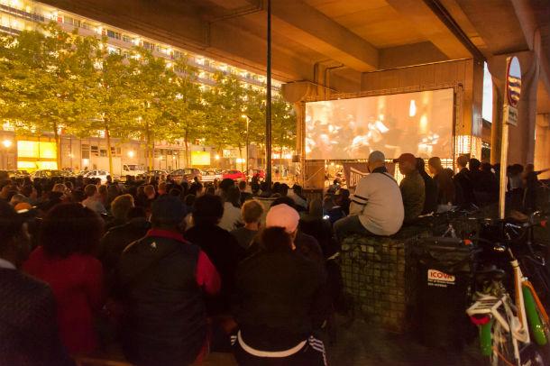 Bijlmerbios: openluchtbioscoop onder metrostation Kraaiennest