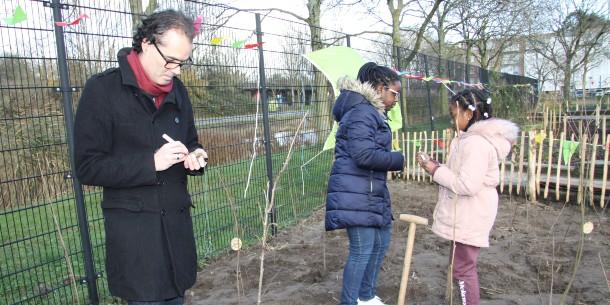 Basisschool De Schakel krijgt eerste Tiny Forest van Amsterdam