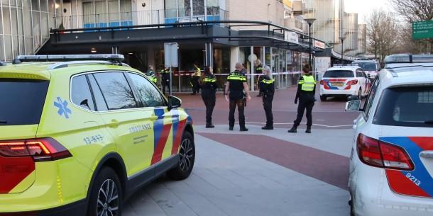 Man in borst gestoken bij winkelcentrum Reigersbos