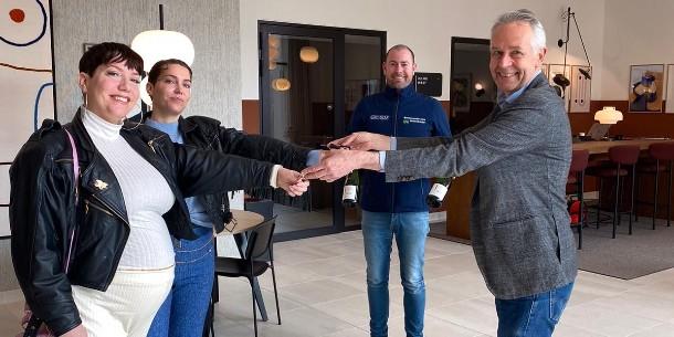 Eerste bewoners krijgen sleutel van grootste wooncomplex van Nederland in Amstel III