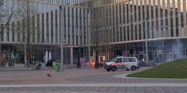 Ajaxsupporters met fakkels en toeterende scooters in Zuidoost