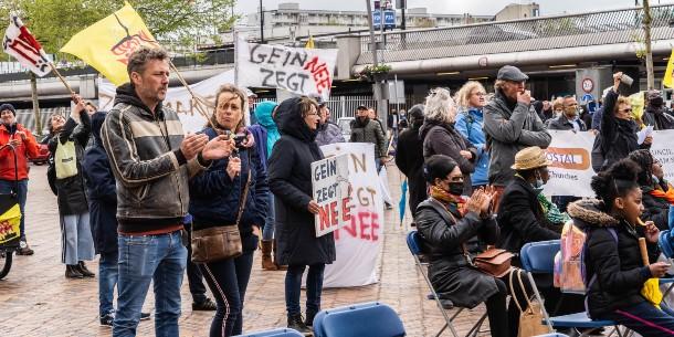 Windalarm en PvdA-Zuidoost protesteren tegen windturbines in de Bijlmer